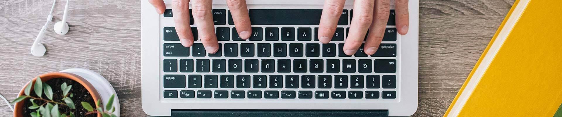 Ноутбук и копирайтер